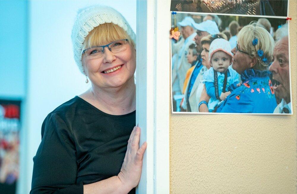 """Juubelipeole tulevad väliseestlased mitmelt mandrilt. """"Ka need, kes eesti keelt enam räägi. Nad tulevad justkui suguvõsa kokkutulekule,"""" sõnab Aet Maatee."""