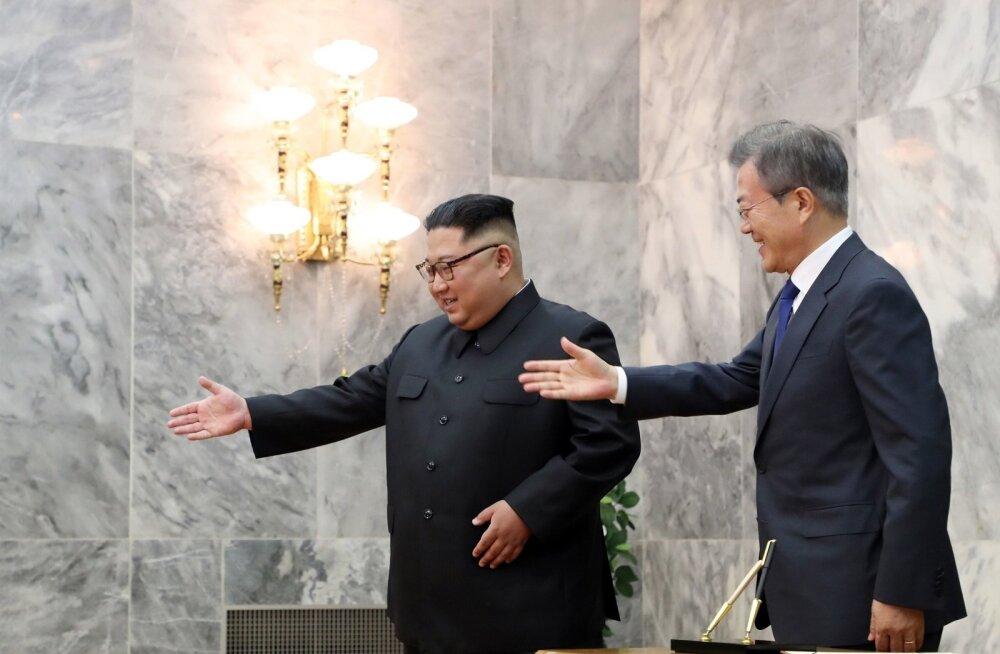 Laupäeval ootamatult kohtunud Kim Jong-un (vasakul) ja Moon Jae-in loodavad, et Trump tuleb siiski Singapuri Kimiga kõnelema.