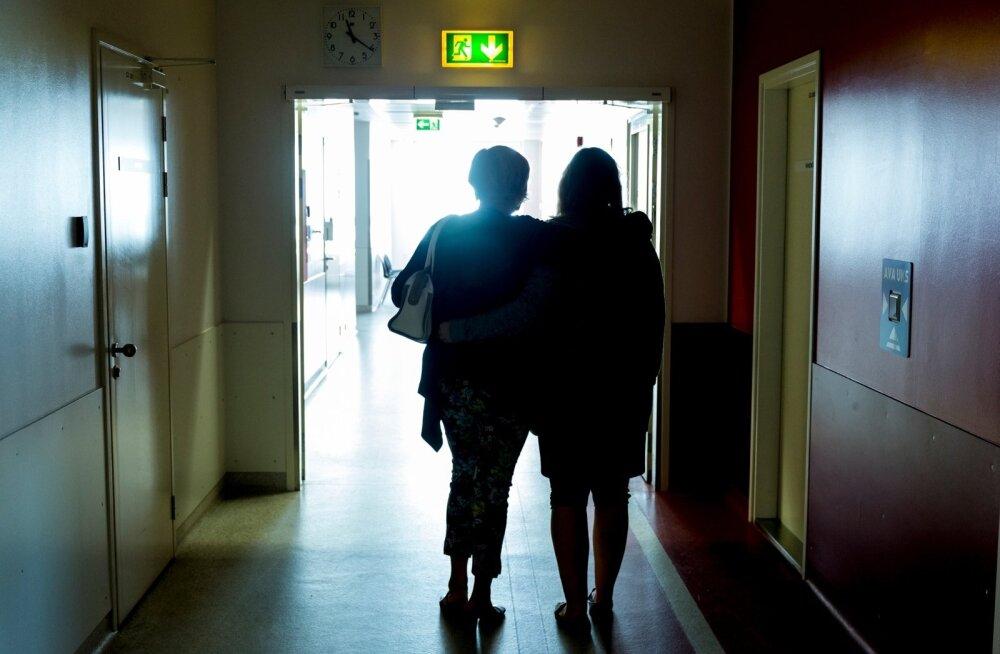 Kriisiabikeskusesse võib pöörduda koos kaaslase, sõbranna või vanemaga. Vajaduse korral viibib kaaslane ka ülevaatuse juures.