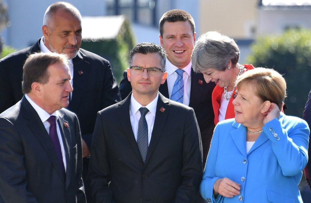 Eilsel grupifotol võis näha Mayd ja Ratast teises reas rõõmsalt vestlemas, esiplaanil teritab kõrvu Angela Merkel.