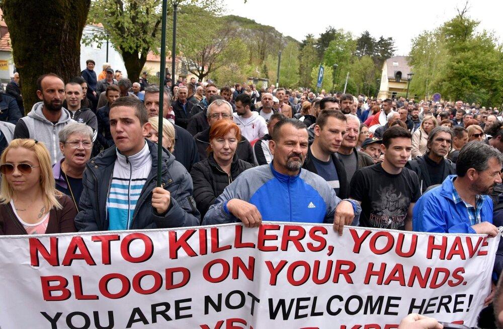 NATO-vastased avaldasid 28. aprillil parlamendihoone ees meelt.