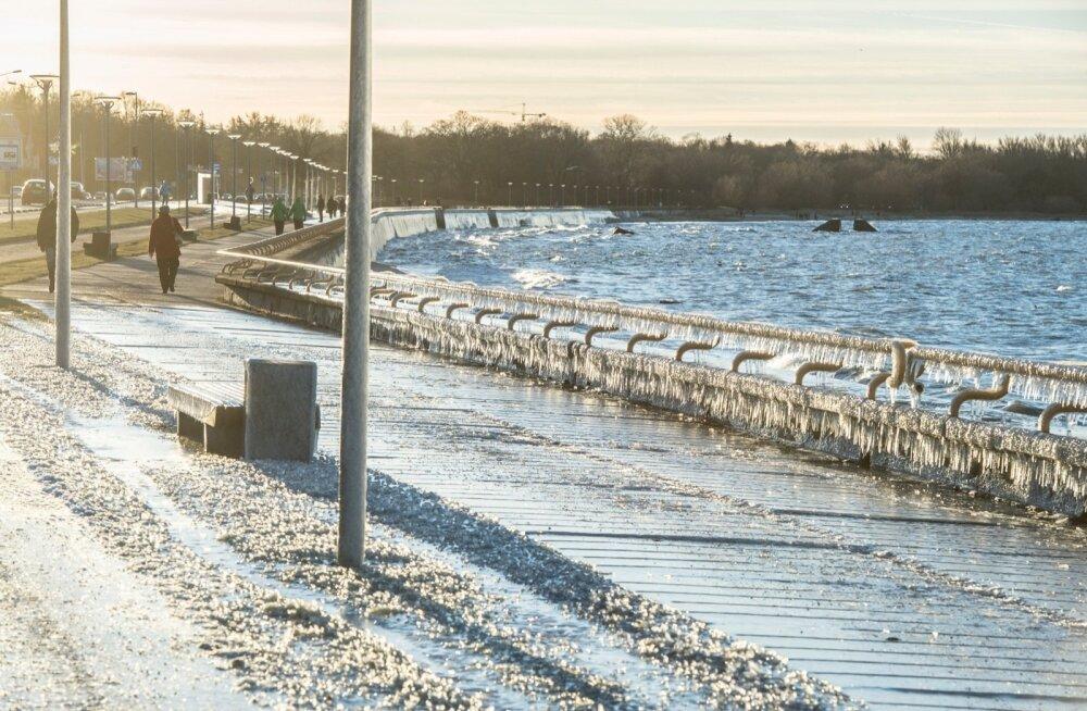 Teeolud ja liikluspiirangud: Ida-Eestis ole valvel jäätunud teede suhtes
