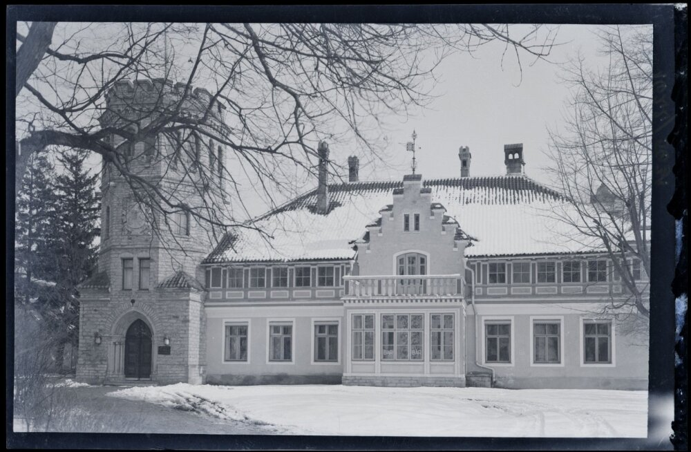 Maarjamäe loss 1930. aastatel, kui hoones tegutses hotell-restoran Riviera-Palais. Veranda aknal on silt BAR