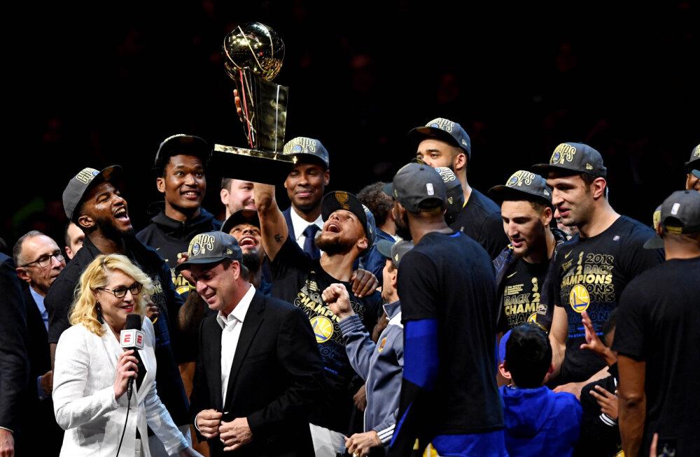 Golden State Warriorsi mängijad karikaga