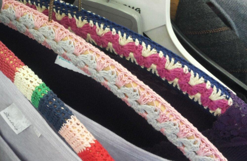 Vanad riidepuud teenivad teid veel kaua. Keskmise riidepuu tarvis heegeldage esmalt valge niidiga kaks riidepuu pikkust paela ning seejärel heegeldage teist tooni niidiga need omavahel kokku.
