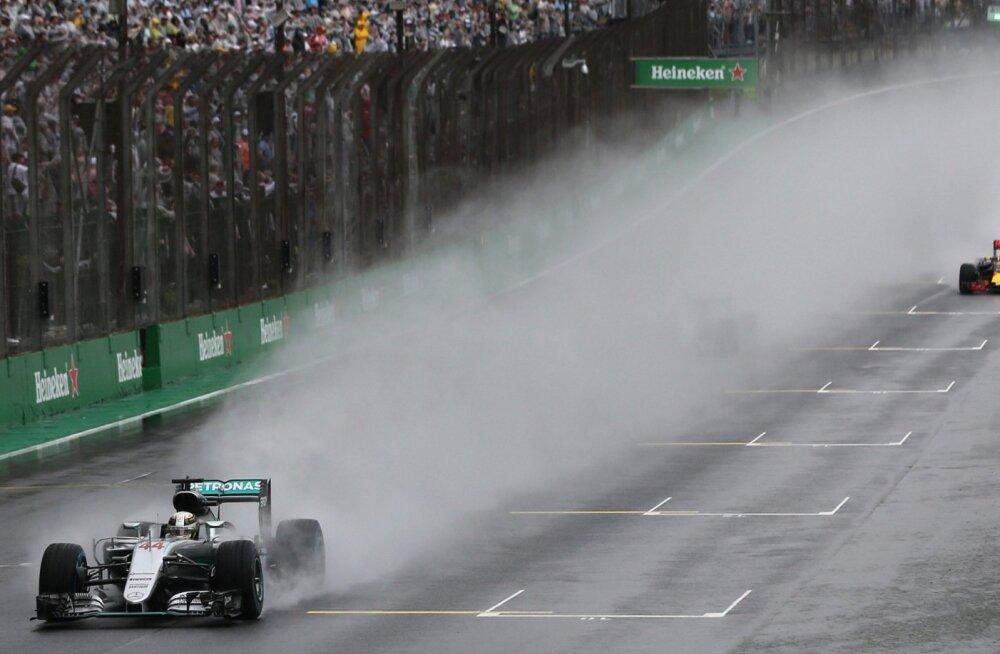 Hamiltoni sabas sõitvate autode arvu võib hiiglasliku veepilve tõttu üksnes aimata.