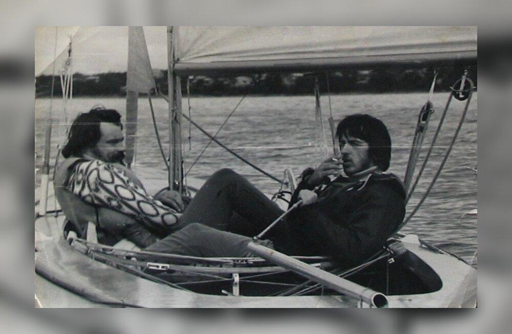 Vennad Fred (vasakul) ja Eiki 1970-ndatel merel purjetamas. Toona ei mõelnud Fred veel, et hakkab tulevikus hoopis sõudepaatide valmistamisega tegelema.