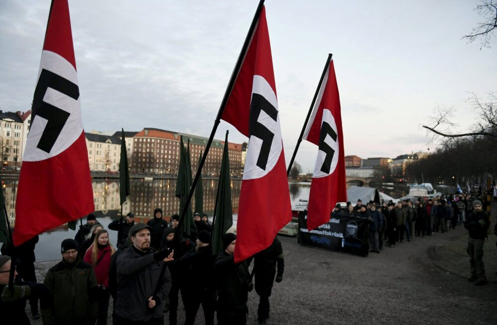 В Хельсинки в День независимости Финляндии прошло шествие ультраправых радикалов и неонацистов с нацистскими флагами