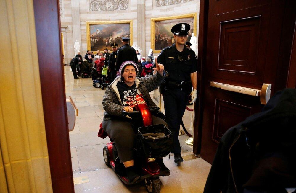 24 miljoni inimese tervisekindlustuseta jätmise plaan tekitas ohtralt meeleavaldusi. 22. märtsil arreteeriti parlamendis 54 protestijat, kellest paljud olid ratastooliinvaliidid. Kaks päeva hiljem visati reformiplaan prügikasti.