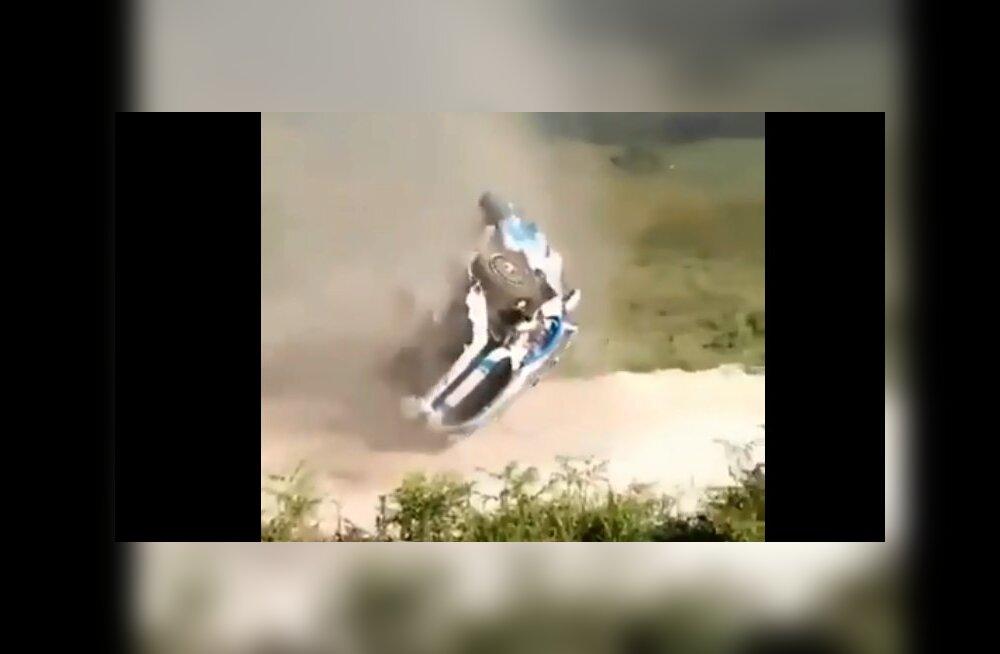 VIDEO   JWRC-klassis sõitnud Ken Torn keeras Portugali rallil auto neli korda üle katuse