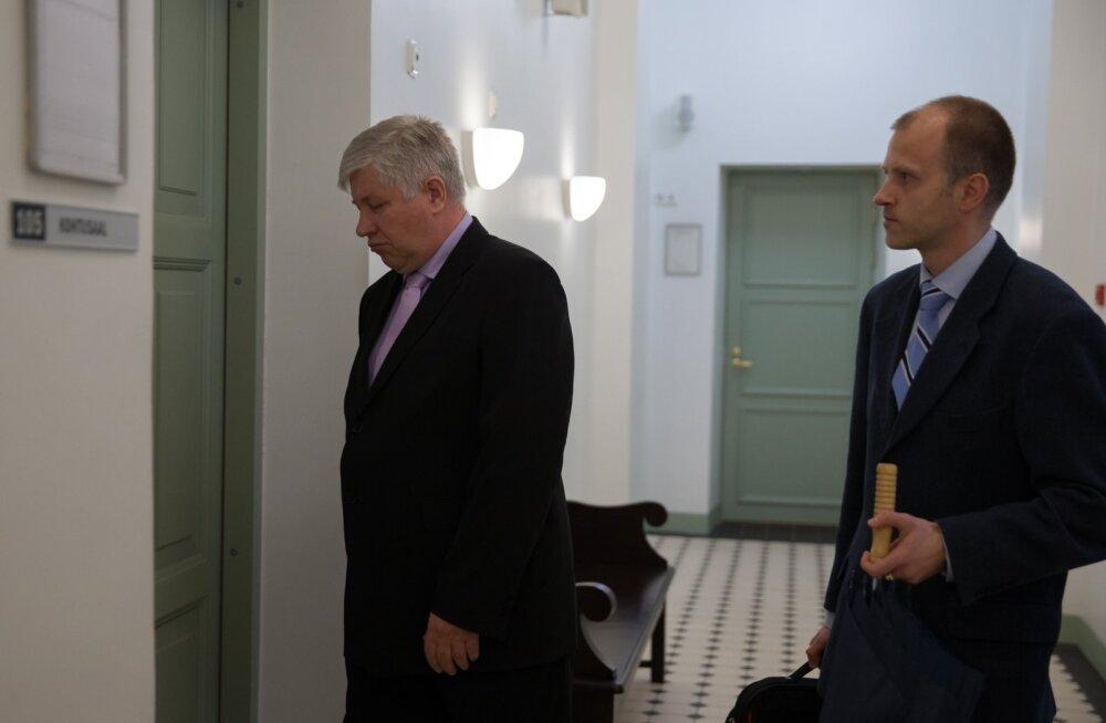 Leo Ehiloo (vasakul) astub koos advokaat Raini Nõuga kohtusaali, teadmata veel, et PPA-l tuleb hüvitada kohtukulud ja tasuda talle kolme kuu töötasu suurune hüvitis.