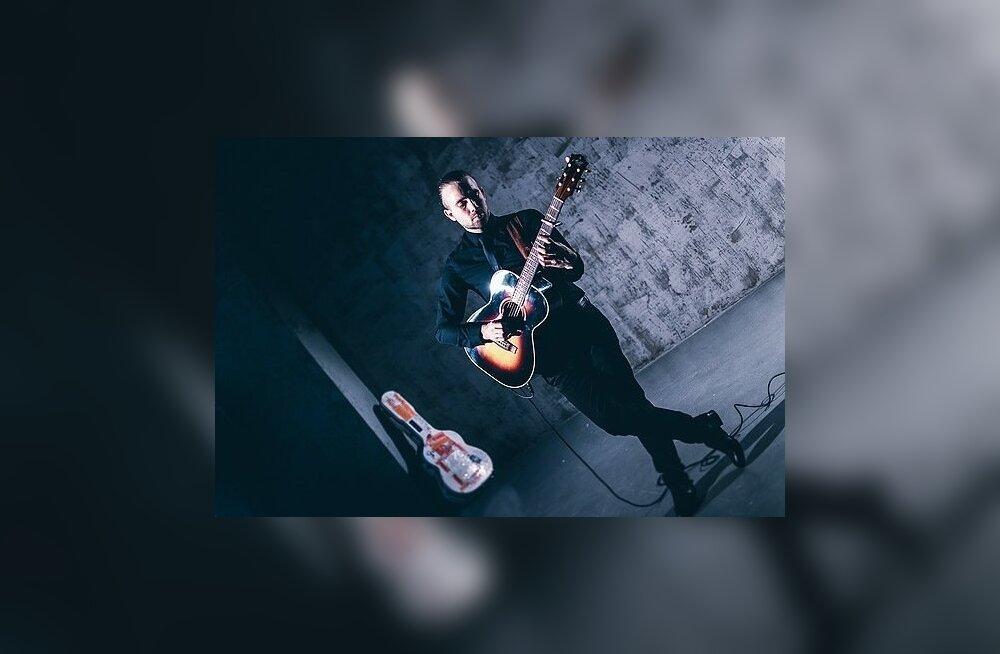 Briti särav kitarrist Gareth Pearson hakkas kitarri mängima 14-aastaselt ja on tuntuks saanud oma erilise <em>fingerstyle</em>-mänguga.