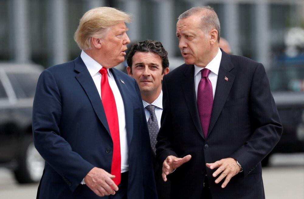 Trumpi ja Erdoğani erimeelsused olevat paistnud silma juba NATO kohtumisel. Pärast telefonikõnet neljapäeval ähvardas Trump Türgit sanktsioonidega.