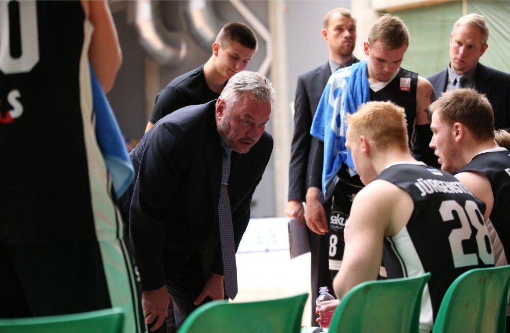 Tartu Ülikooli korvpallimeeskond aru pidamas