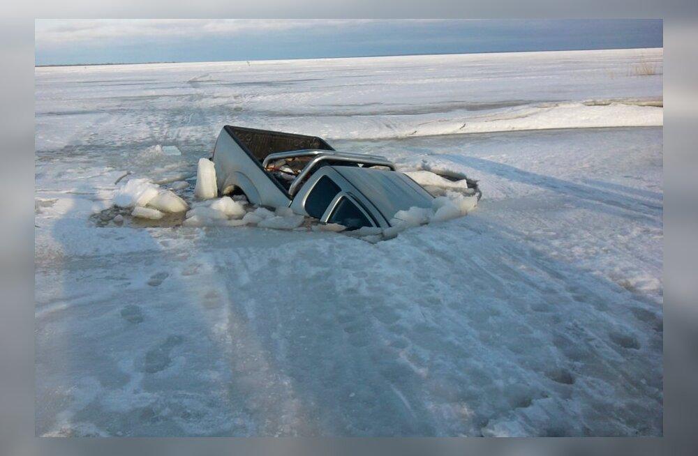 ФОТО читателя Delfi: На Чудском озере автомобиль провалился под лед