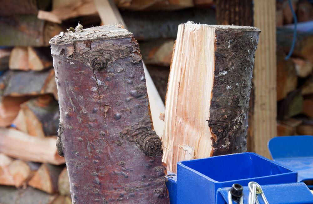 Kirves <em>vs.</em> puulõhkumismasin. Millise masina seljatab tubli töömees koos hea kirvega?