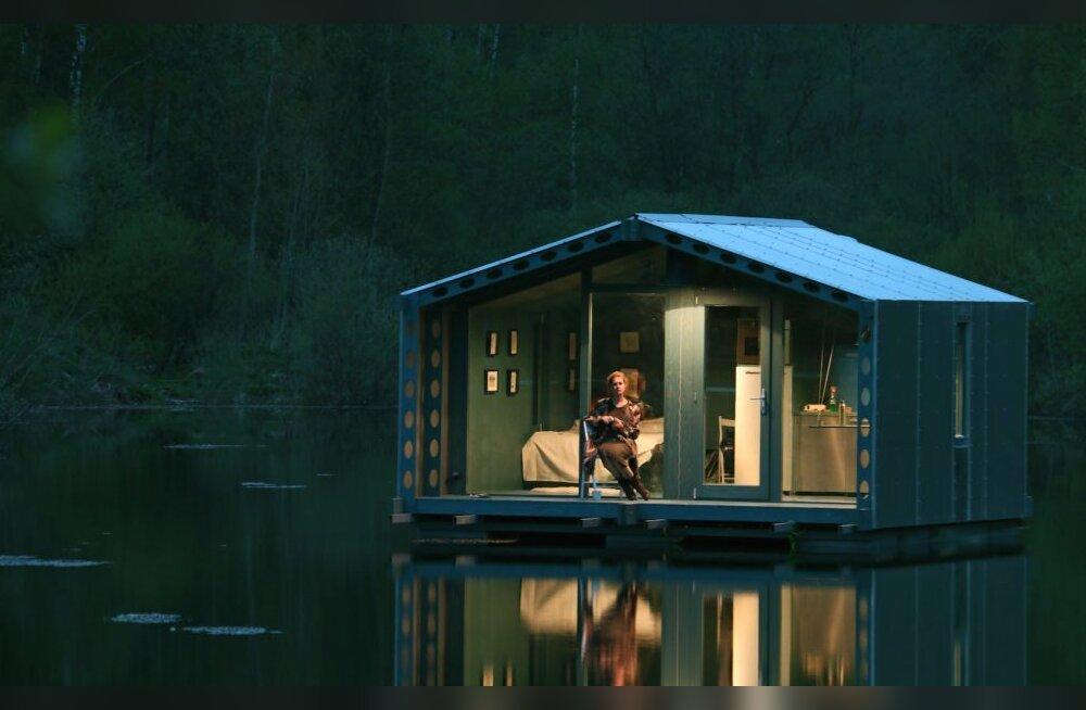 VIDEO | Vene arhitektide loodud väikeses ujuvmajas saab mõnusalt elada ka asustamata piirkonnas