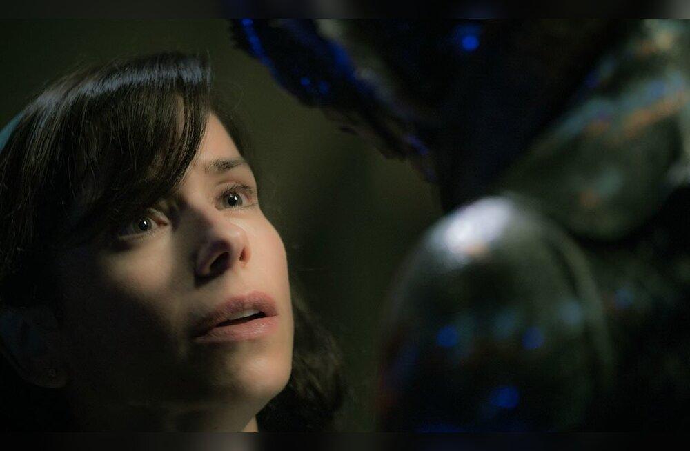 Elisa (Sally Hawkins) ja amfiibinimene (Doug Jones) suudavad teineteise puhul pealispinnast kaugemale näha.