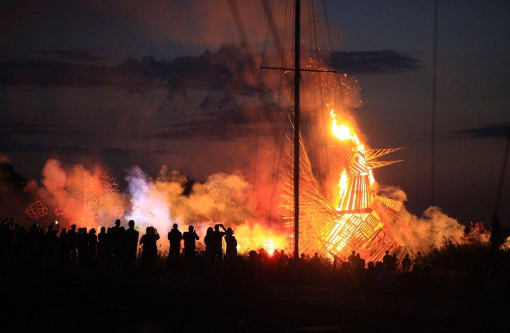 Reede õhtul süüdati Non Grata tuleskulptuur.