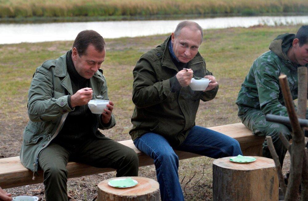Medvedev ja Putin käivad viimasel ajal peaaegu käest kinni. Selliseid helgeid kaadreid näeb Vene meedias pea iga päev.