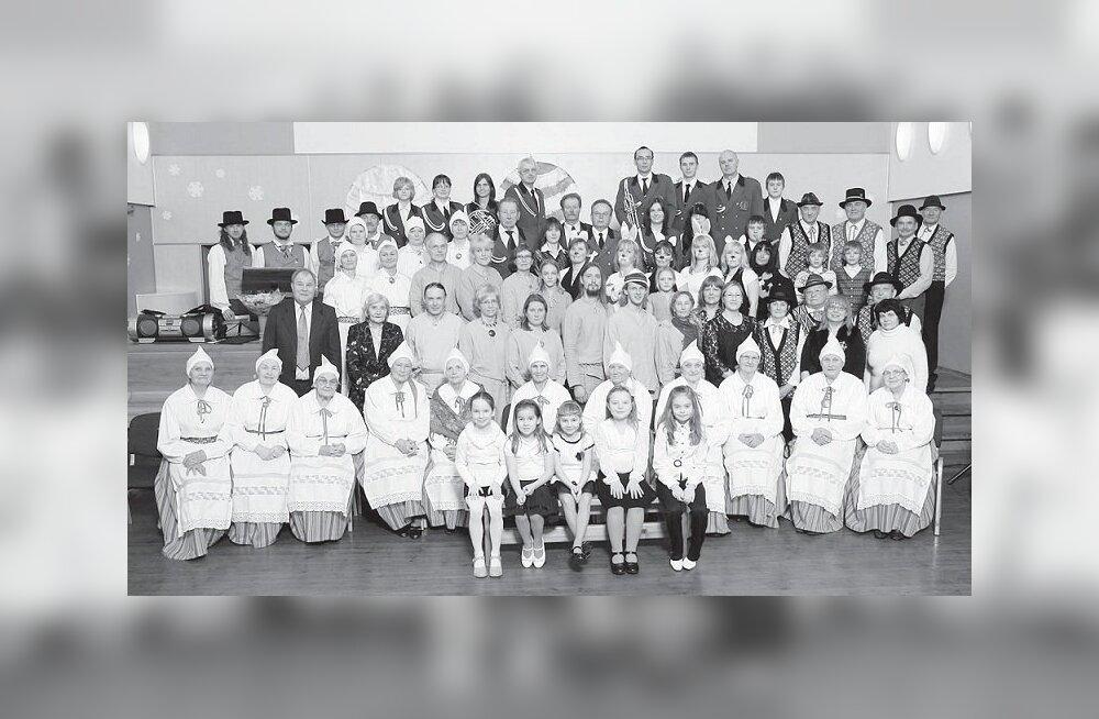 Kohtumise mälestuseks tehti ringide ühispilt (Foto: Parksepa rahvamaja)