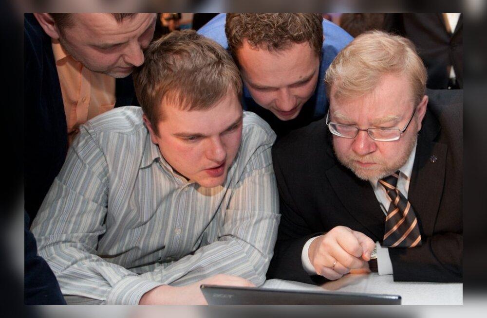 Rauno Veri tõi kaitseministri nõunikuks Mart Laar. Sellel pildil on ta veel IRLi pressiesindaja, kes uurib teistega valimistulemusi