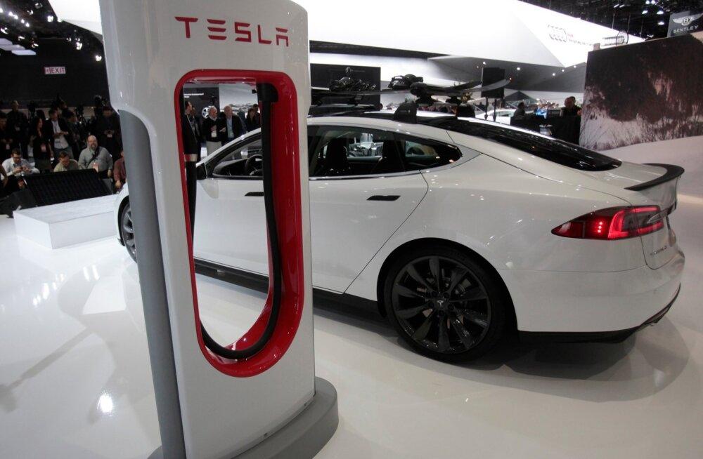Tesla S elektriauto autonäitusel.