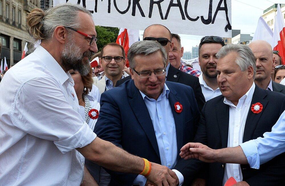 Endised Poola riigipead Aleksander Kwasniewski (paremal) ja Bronisław Komorowski (keskel) marssisid laupäeval Varssavis korraldatud meeleavalduse eesotsas, avaldades sellega pahameelt praeguse valitsuse tekitatud põhiseaduskriisi pärast.