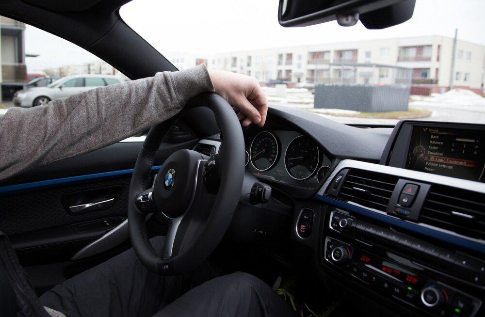 В Тарту 19-летний водитель BMW в нетрезвом состоянии совершил аварию, в больницу доставили 22-летнюю пассажирку