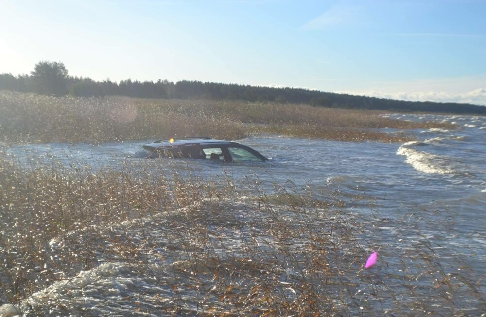 Pärnus Raekülas sõitis auto merre