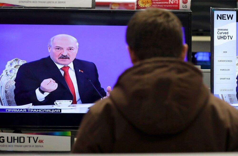 Valgevene president Aljaksandr Lukašenka tõendas oma reedese pressikonverentsiga, et ta on kõvast puust. Ta mitte üksnes ei sõidelnud Putinit avalikult, vaid tegi seda 7,5 tundi järjest ehk kauem kui Vene riigipea ise on eales suutnud eetris püsida.