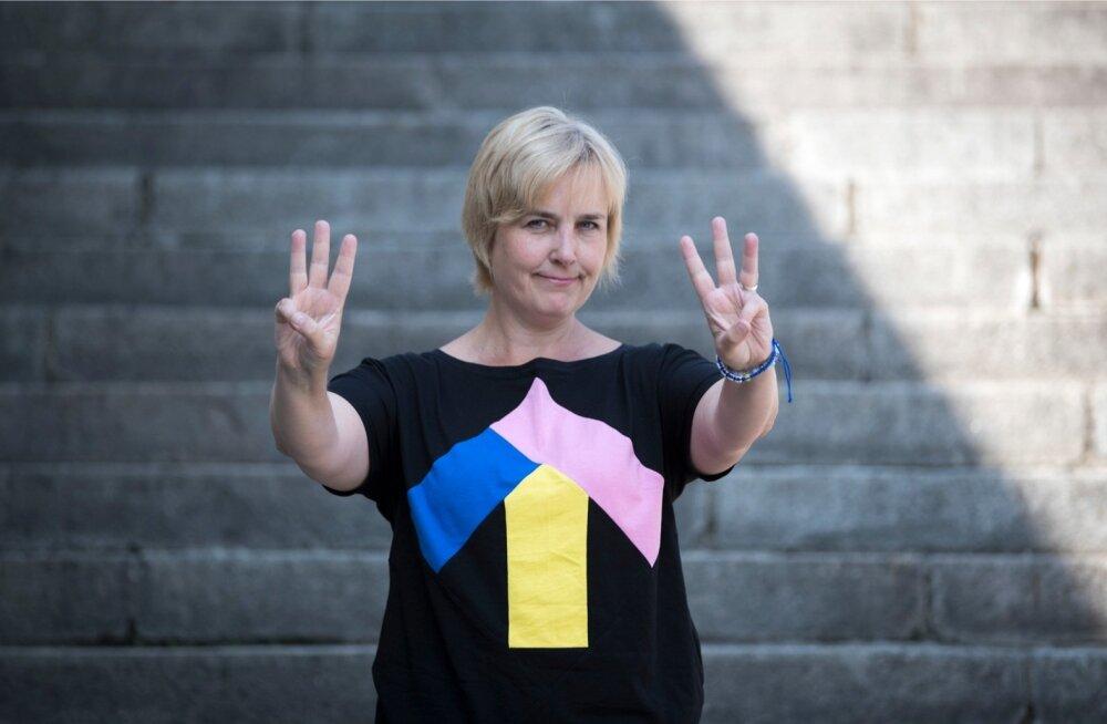 """Kolm tõstetud sõrme tähendavad kolme w-ga algavat väljendit """"world without waste"""" ehk prügivaba maa- ilma. Märk on """"Teeme ära!"""" aktsioonis osalejate seas levinud üle maailma."""