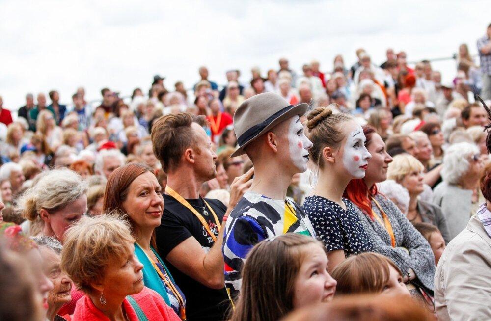 Kirev folgirahvas ootab festivali avamist.