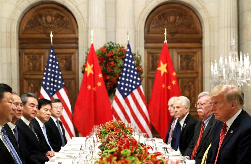 Donald Trump (paremal) sundis Xi Jinpingi järeleandmistele, lükates vastutasuks uued tariifid edasi.