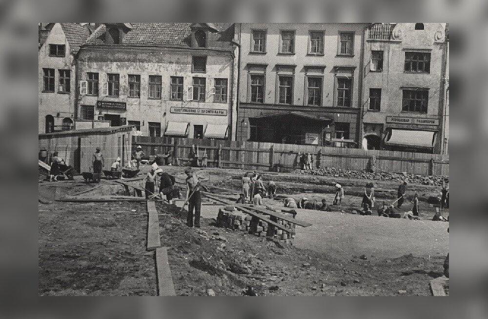 POLIITILINE TELLIMUS: Raekoja platsi arheoloogiliste kaevamiste tulemused pidid kinnitama eesti ja vene rahva põliseid sidemeid. Foto suvest 1953.