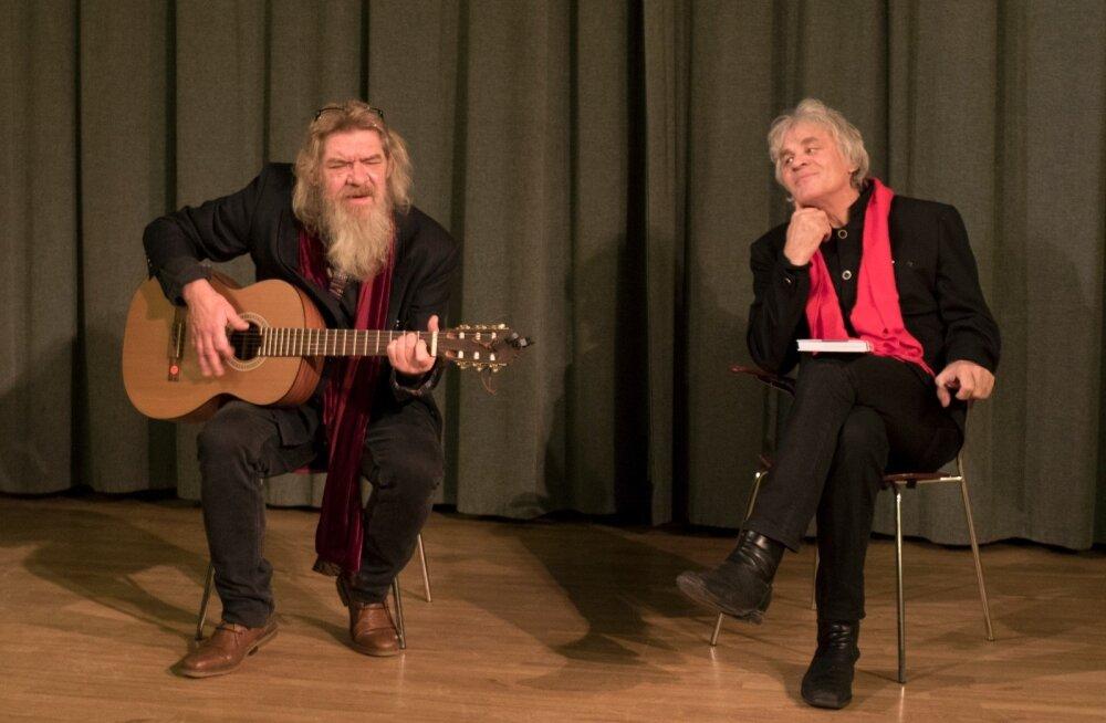 """Margus Mikomägi ja Jüri Aarma raamatu """"Kaksteist armastavat naist"""" esitlusel Kirjanike majas."""