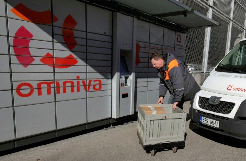 Omniva kuller Kaarel Külvet toimetab postipakkidega. Mullu tõusis Omnivaga saadetud postipakkide arv 40 %.