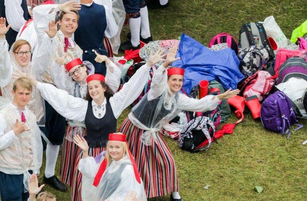 Участники открытия Молодежного праздника песни и танца
