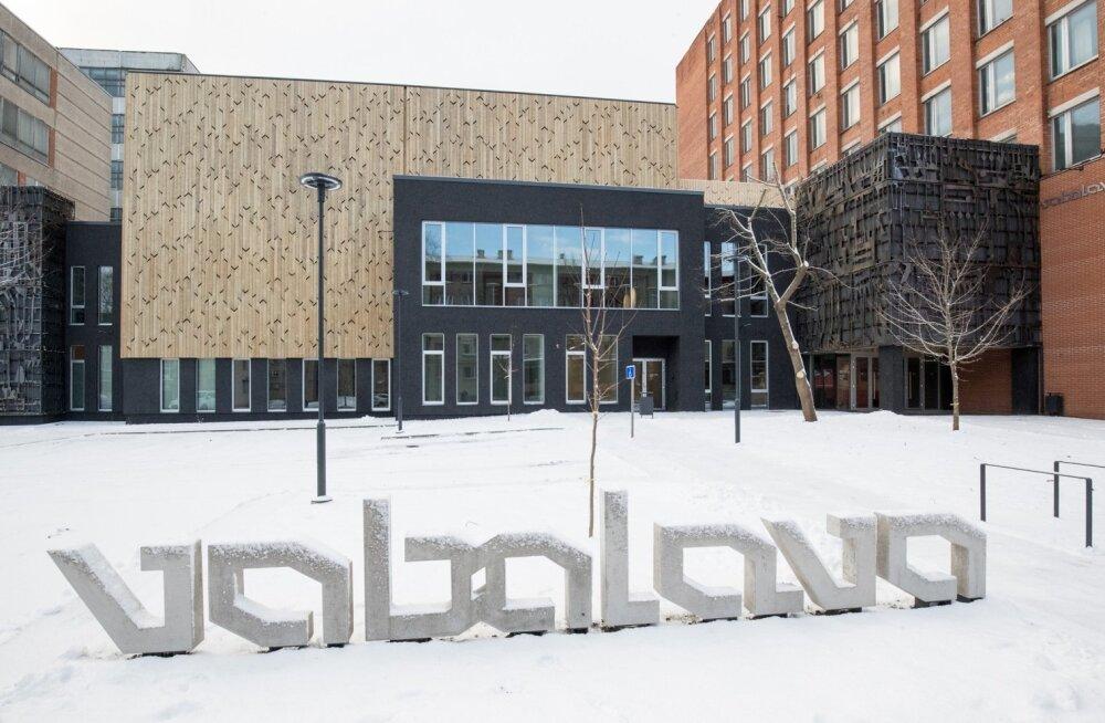 Narva maja projekteerides tuli kasuks Tallinna kogemus. Tallinna Vaba Lavaga ühendab Narva hoonet nii arhitektuur kui ka graafika. Hoone on projekteerinud Allianss Arhitektid Indrek Tiigi juhtimisel.