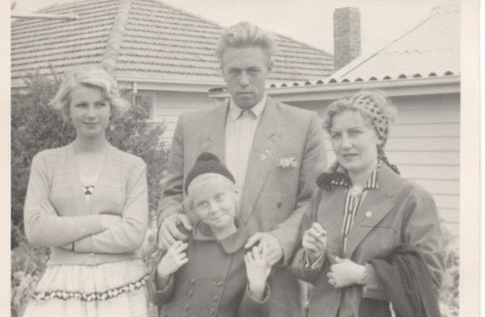 Uno Palu 1956. aastal Austraalia eestlastega kohtumas. Pildil vasakul Viive Thompson, paremal äärel Viive ema Elo Karisto.