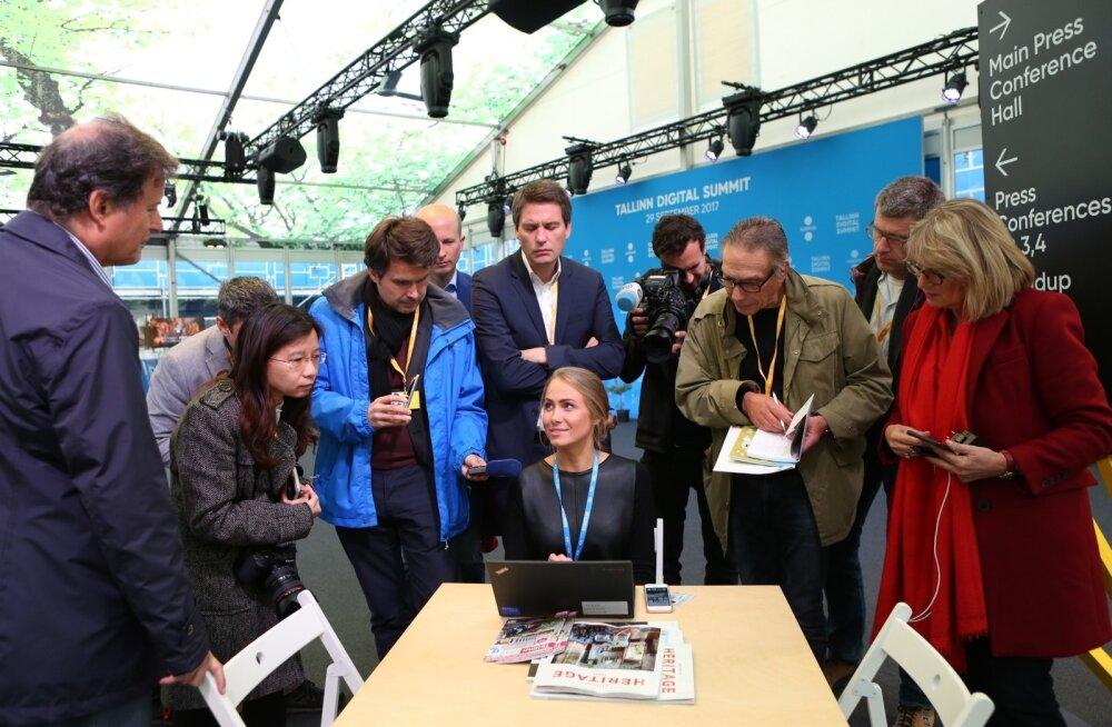 EAS-i e-Eesti <em>showroom</em>'i juhataja Anna Piperal demonstreeris enne digitaaltippkohtumist välisajakirjanikele Eesti e-teenuseid.