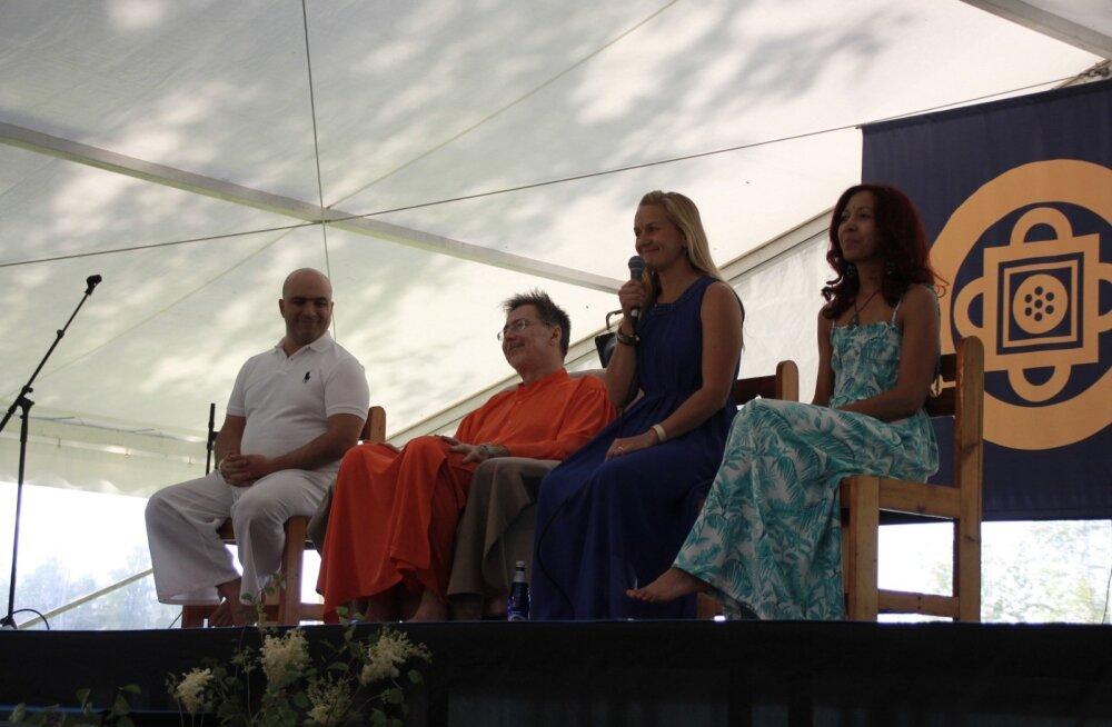 Moses Maimoni ja Swami Vivekananda Saraswati (kodanikunimega Narcis Tarcau) olid Eestis 2015. aastal toimunud Tantrafestivalil gurudeks.