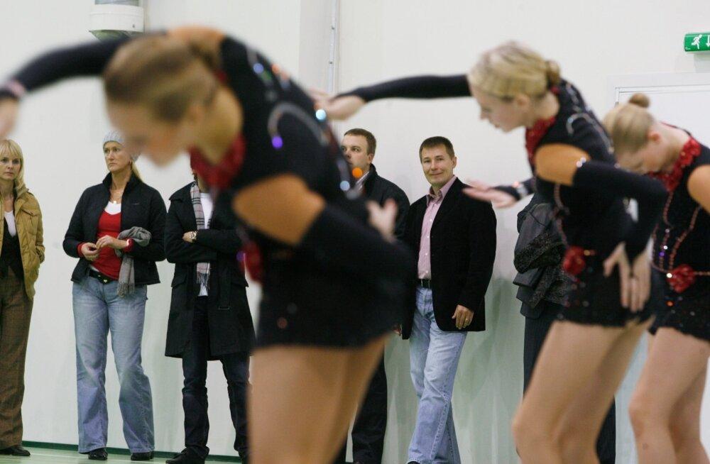 Urmas Somelari (taga keskel) arvates võib majasisestel koosolekutel öelda mida tahes.