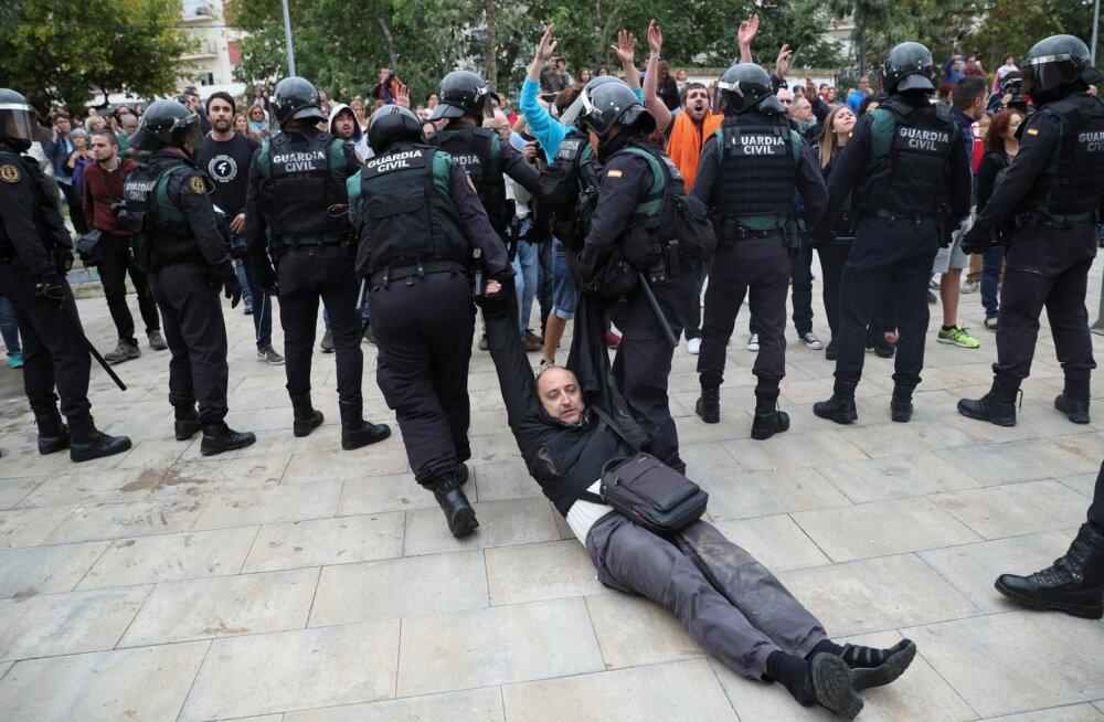 Politseinikud vedasid hääletama tulnuid valimisjaoskondadest toore jõuga eemale.