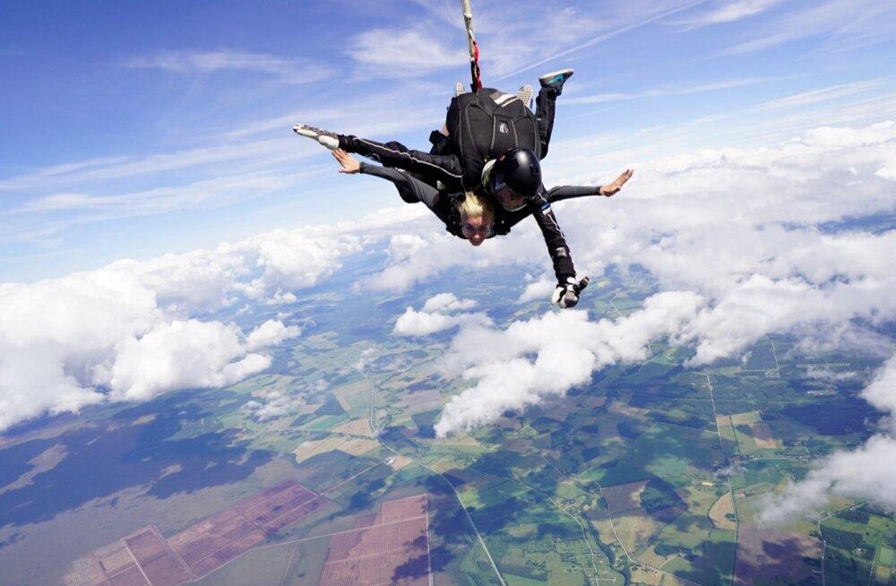 Kadri Simson langevarjuga hüppamas