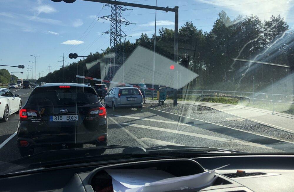 LUGEJA FOTO | Kindlustuspabereid hakati pärast avariid ajama keset raudteed, rong masinate poole sõitmas