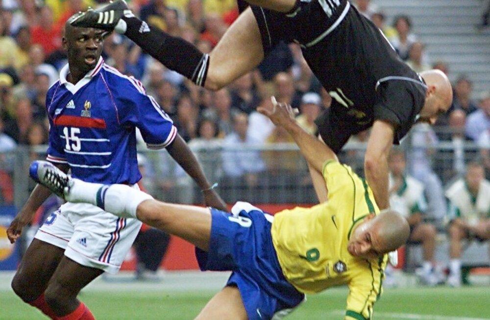 Ronaldo on 1998. aasta MM-finaalis kokku põrganud Prantsusmaa väravavahi Fabien Barthez'iga.