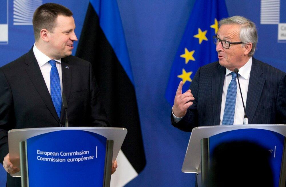 """""""Ehkki Eesti liitus EL-iga 2004. aastal, peab ta end üleval sama väärikalt, nagu oleks asutajariik,"""" kiitis Euroopa Komisjoni president Jean-Claude Juncker (paremal) 3. mail Brüsselis peaminister Jüri Ratast võõrustades."""