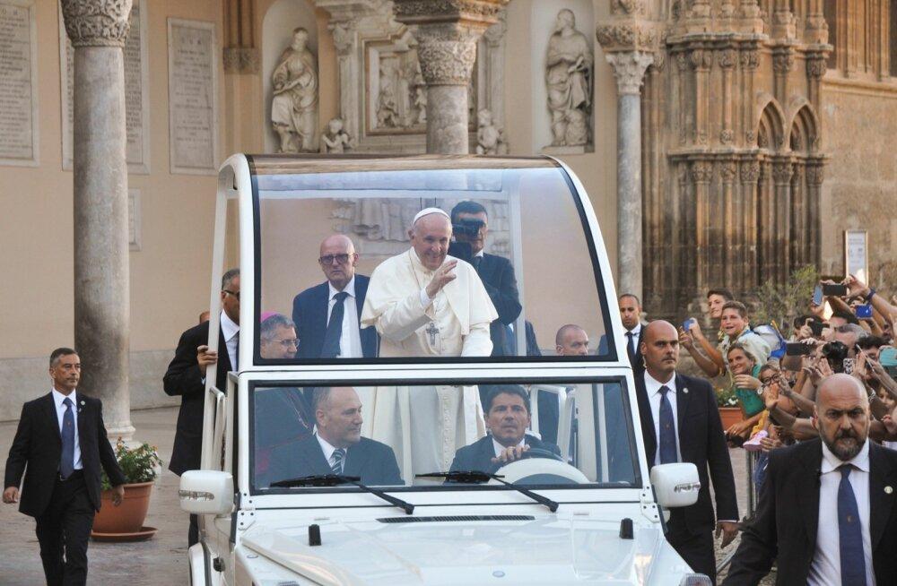 Paavst Palermos oma autos ringi sõitmas