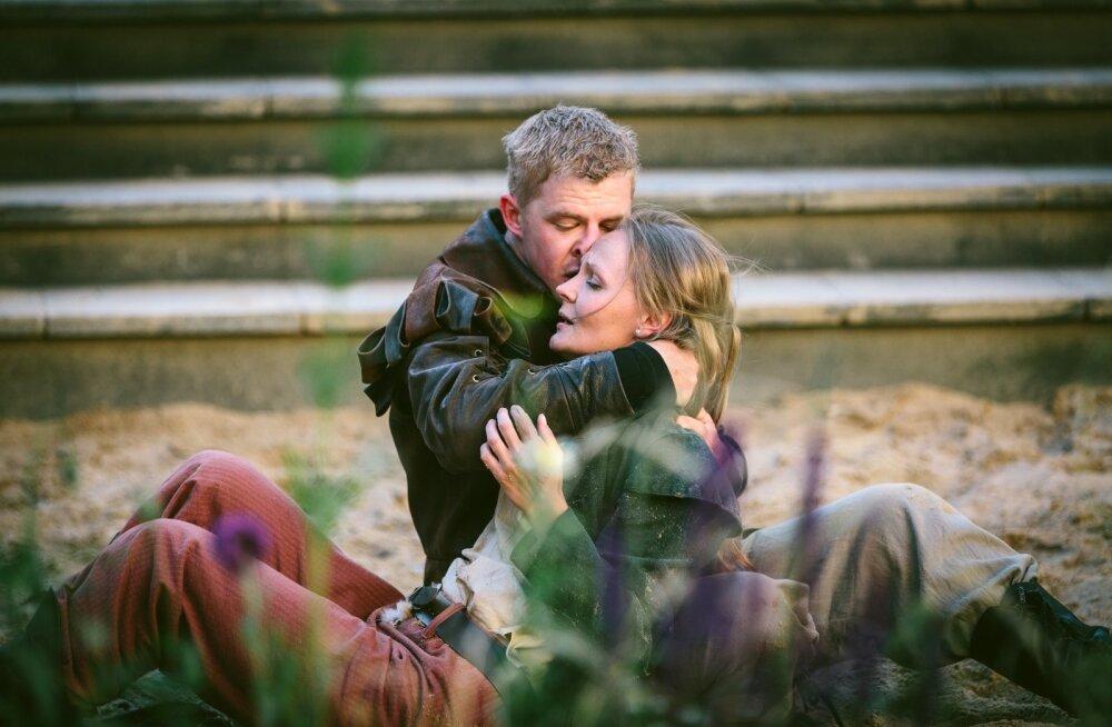 Lavastus järgib enamasti armastajapaari (Priit Pius ja Sandra Uusberg) kohtumise ja takistuste teekonda.